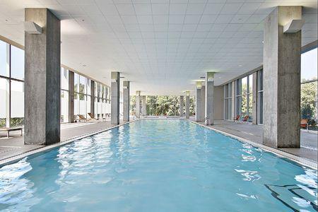 Overdekt zwembad in condominium gebouw