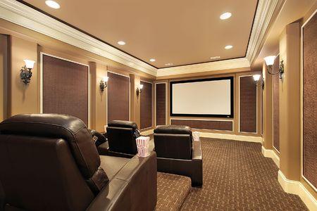 大画面テレビ付きの豪華な家でホームシアター
