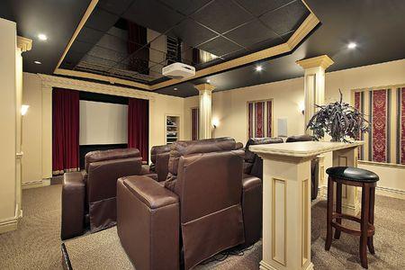 chambre luxe: Home cin�ma � domicile avec des colonnes de luxe