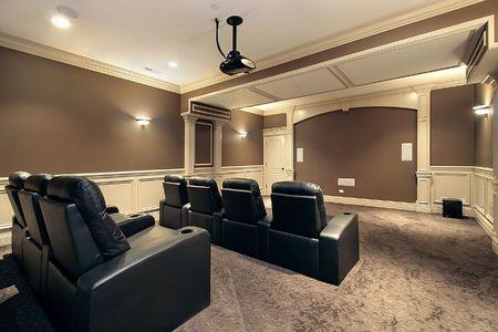 home theater: Teatro in casa con posti a sedere stadio di lusso
