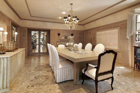 Pranzo in casa con vista al corridoio di lusso
