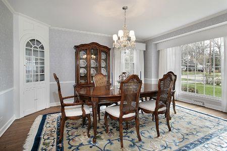 Sala da pranzo con grande finestra nella casa di lusso