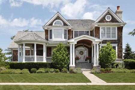 Huis met kolommen en cedar dak
