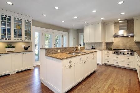 Keuken in luxe huis met marmeren eiland