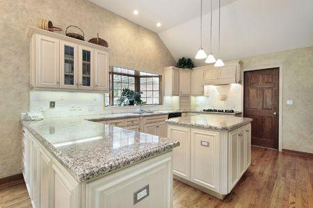 豪華なオーク材のキャビネットの家の台所