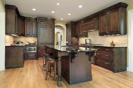 armoire cuisine: Cuisine avec armoires de bois dans la construction nouvelle maison Banque d'images