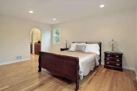 arcuate: Camera da letto principale nella casa suburbana con ingresso ad arco