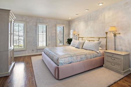 Hoofd slaap kamer in huis met houten vloeren