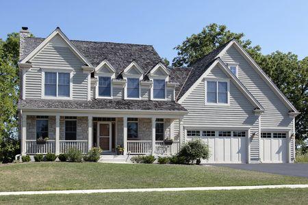 Suburban huis met veranda en cedar dak