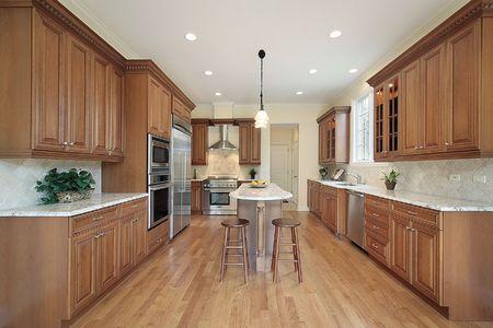 Keuken in de nieuwe bouw huis met houten kasten Stockfoto