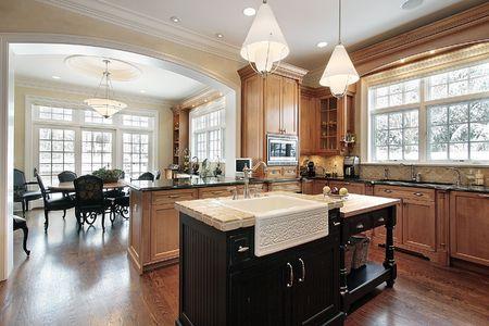 Keuken in luxe huis met graniet en zwarte eiland Stockfoto