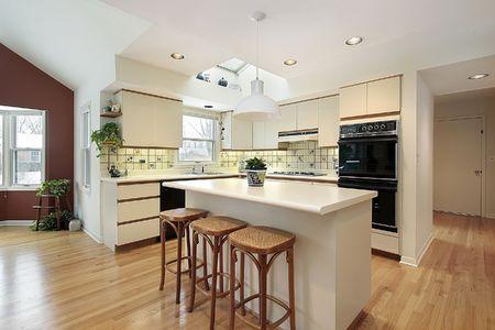 azulejos cocina: Cocina con isla blanca en casa de lujo Foto de archivo