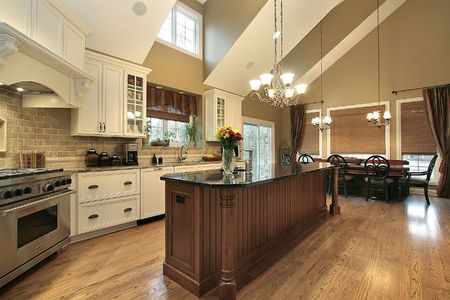 Grote keuken in luxe huis met marmeren eiland Stockfoto
