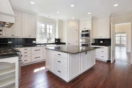 Keuken in luxehuis met marmeren eiland