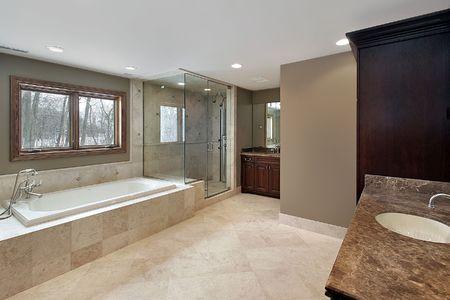 bathroom faucet: Gran ba�o principal en las nuevas construcciones de casa Foto de archivo