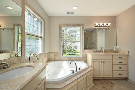 salle de bains: Ma�tre de bain avec baignoire dans les nouvelles constructions Accueil