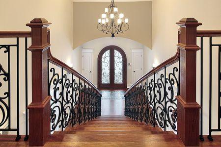 새로운 건설 집에서 휴게실로 이어지는 정교한 계단
