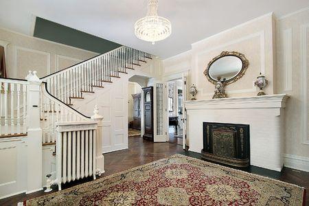 Hall con camino specchio e scalinata