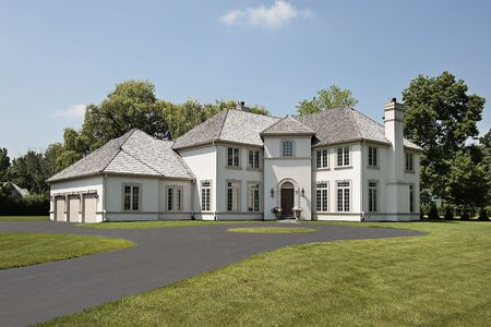 Maison de luxe dans les banlieues avec garage trois voitures Banque d'images - 6739343