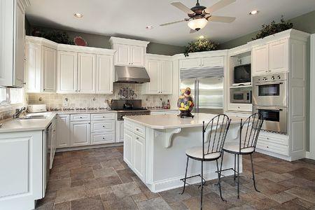 豪華な大きな白い島の家の台所