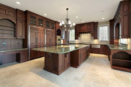 armario cocina: Cocina en las nuevas construcciones de casa con gabinetes de madera cerezo Foto de archivo