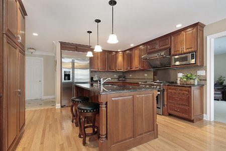 azulejos cocina: Cocina en casa con gabinetes de madera cerezo de lujo