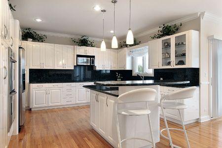 豪華な白いキャビネットの家の台所