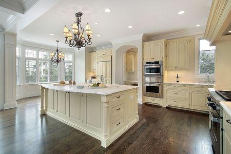 Keuken in de nieuwbouw huis met grote eiland  Stockfoto
