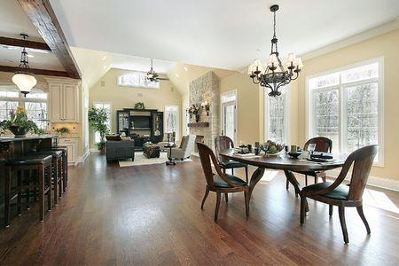 Cocina comiendo área y sala de familia en casa de lujo  Foto de archivo