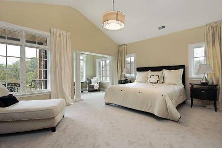 Camera da letto principale nel condominio di lusso con salotto