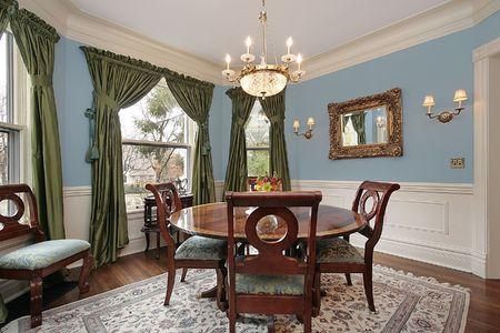 familia cenando: Comedor en casa con la mesa redonda de madera de lujo  Foto de archivo