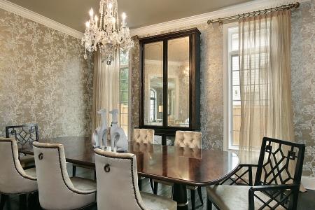Sala Da Pranzo In Casa Di Lusso Con Pareti D'oro Foto Royalty Free ...
