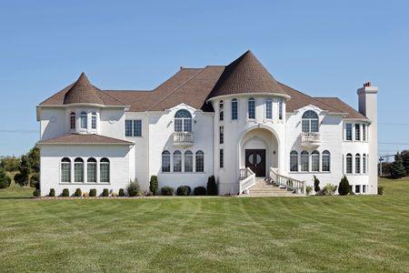 Grote luxe witte huis met front torentje Stockfoto