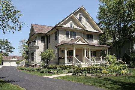Luxe huis in voorsteden met veranda Stockfoto