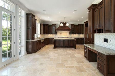 contadores: Gran cocina en las nuevas construcciones de casa con gabinetes de madera Foto de archivo
