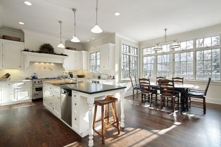 豪華な食事エリアと家の台所 写真素材