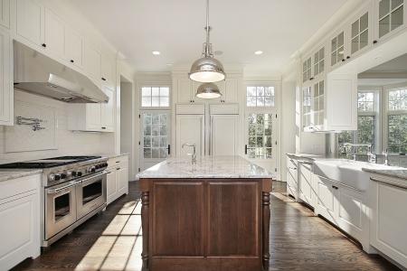 cuisine de luxe: Cuisine de nouvelle construction de maison avec cabnietry de bois blanc Banque d'images