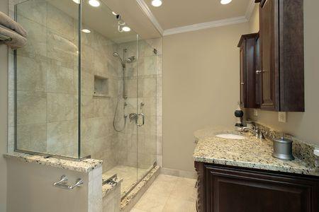 chambre luxe: Bain ma�tre dans le luxe maison avec douche de verre