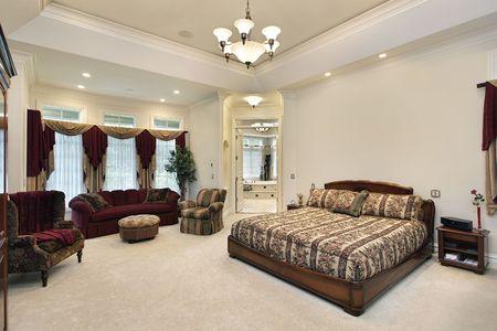 lighting fixtures: Dormitorio principal en casa con la vista en el cuarto de ba�o de lujo  Foto de archivo