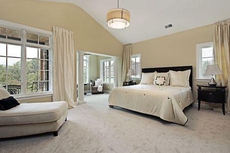 Hoofd slaap kamer in luxe condominium met zitkamer