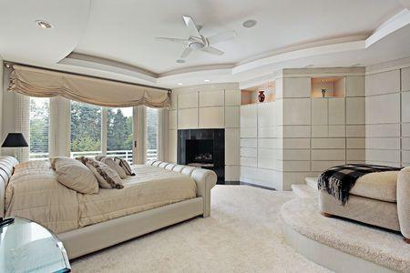 Hoofd slaap kamer in luxe huis met verhoogde zitje Stockfoto