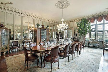 familia cenando: Comedor formal en el hogar tradicional con espejos de pared  Foto de archivo