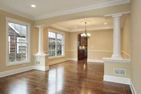 Sal�n-comedor con pilares blancos en casa de nueva construcci�n Foto de archivo - 6738282