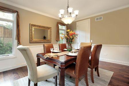 Sala da pranzo in casa con pareti tan di lusso