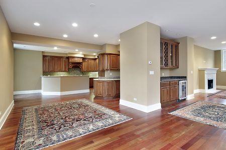lighting fixtures: Sala de familia en las nuevas construcciones de casa con suelos de madera de cerezos