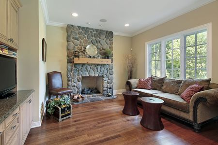 Family room in luxury home with stone fireplace 版權商用圖片 - 6738908
