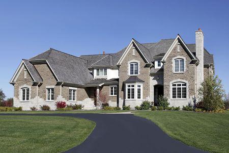 Groot huis in voorsteden met cederdak
