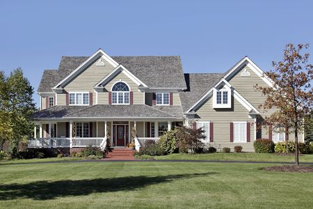 front porch: Gran casa suburbana con techo de porche y cedro frontal