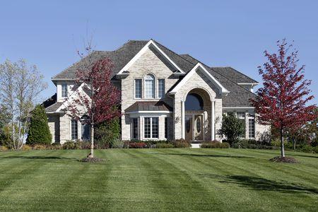 arcuate: Lusso casa suburbana con tetto ad arco di ingresso e di cedro