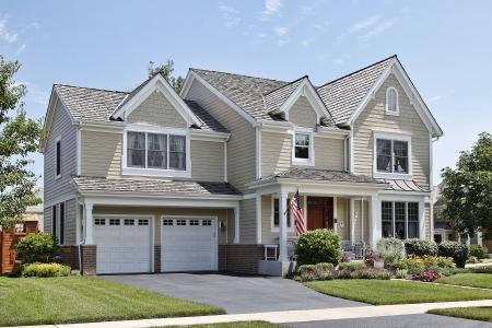 fachada de casa: Casa suburbana con techo de porche y cedro frontal